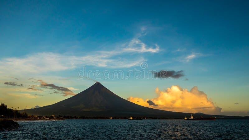 O vulcão de Mayon da silhueta é um stratovolcano ativo na província de Albay na região de Bicol, na ilha de Luzon dentro fotografia de stock