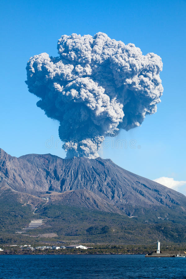 O vulcão do Mt Sakurajima de Kagoshima Japão entra em erupção foto de stock royalty free