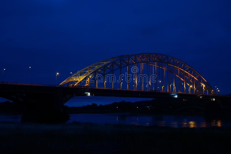 O Waalbridge Nijmegen durante a noite fotografia de stock