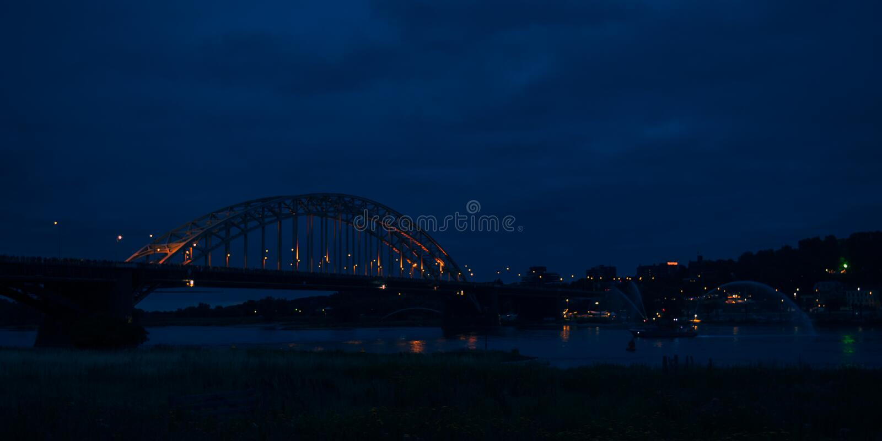 O Waalbridge Nijmegen durante a noite fotografia de stock royalty free