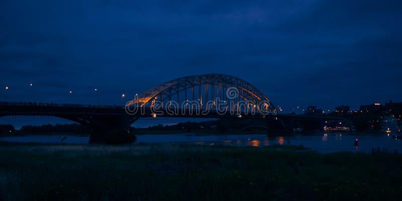 O Waalbridge Nijmegen durante a noite imagens de stock