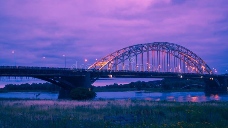 O Waalbridge Nijmegen durante a noite imagem de stock royalty free