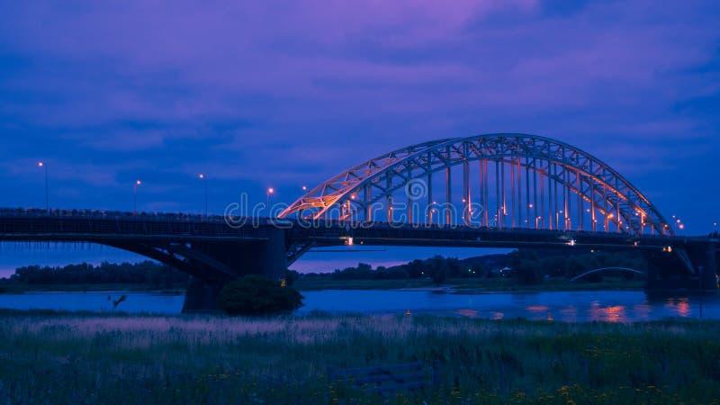 O Waalbridge Nijmegen durante a noite fotos de stock royalty free