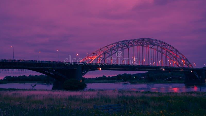 O Waalbridge Nijmegen durante a noite foto de stock royalty free