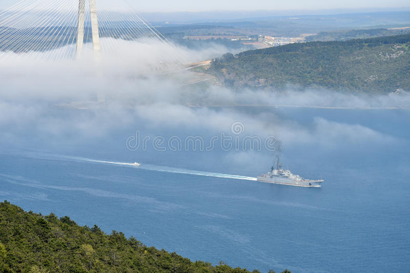 O wapship do russo passa Bosphorus ao Mar Egeu imagens de stock
