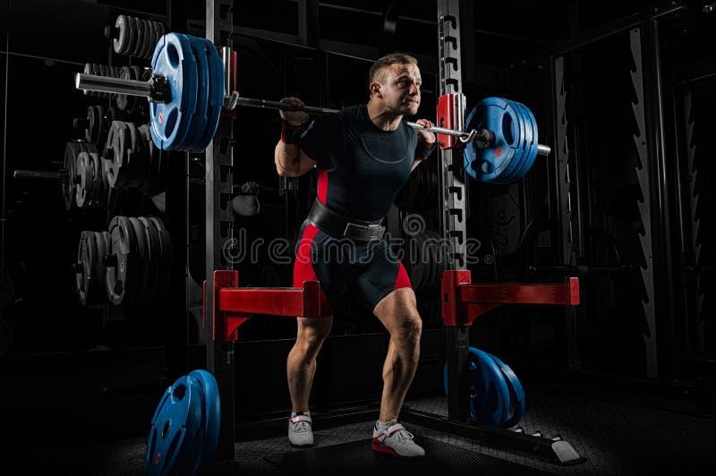 O weightlifter está preparando-se para levantar um barbell muito pesado imagens de stock royalty free