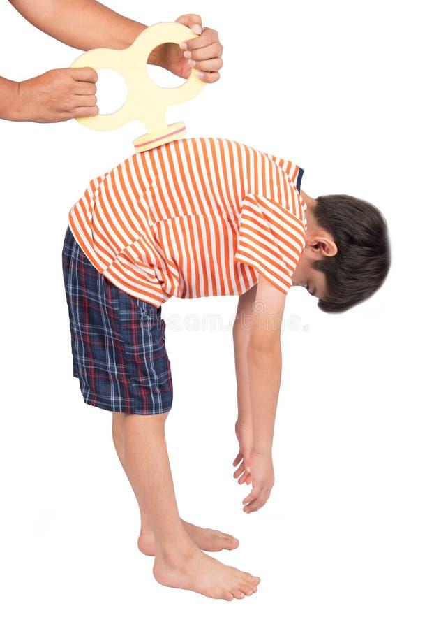 O wiith do rapaz pequeno enrola acima em sua carga traseira enegy com trajeto de grampeamento fotografia de stock royalty free