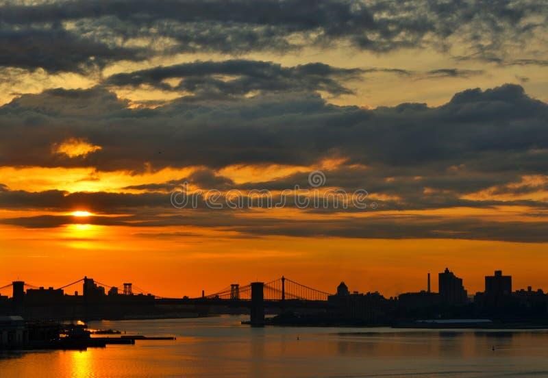 O Williamsburg, o Manhattan, e as pontes de Brooklyn que cruzam o East River em New York City foto de stock