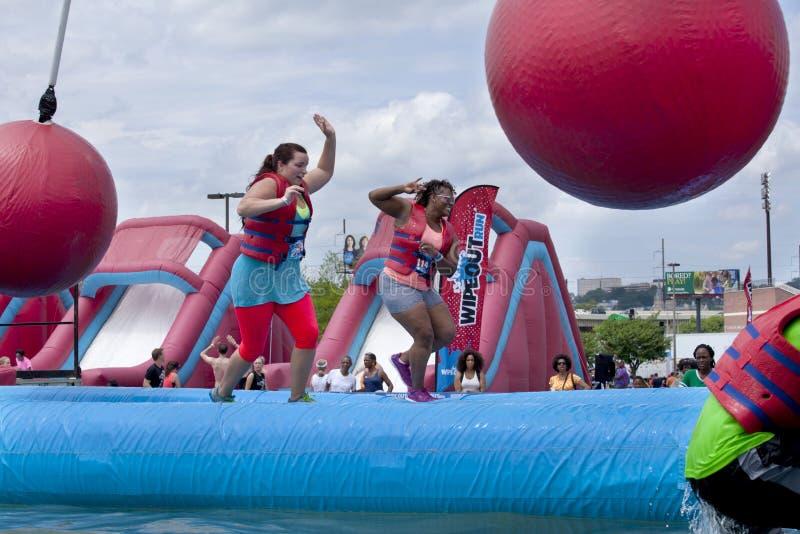 O Wipeout 5K corre o curso de obstáculos - destruir bolas foto de stock