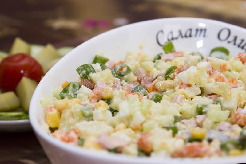 O wirh típico popular da salada de Olivier do russo das épocas soviéticas ferveu vegetais foto de stock royalty free