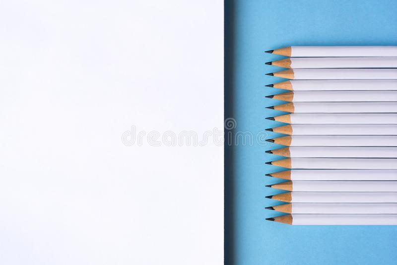 O??wki i notatnik na b??kitnym tle zdjęcia stock