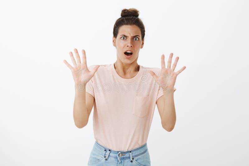 O wow retarda o gajo Shocked aturdiu e digusted a fêmea atrativa nova que reage a levantamento assustador chocante da sugestão imagens de stock