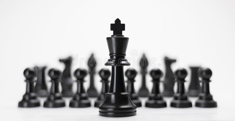 O xadrez do Rei Negro com outros isola para o conceito de negócios - Estratégia Líder em Sucesso de Energia Competição Diferente  fotos de stock