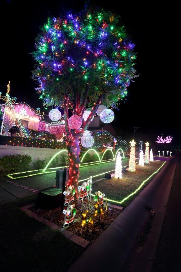 O Xmas mágico ilumina decorações na casa em feriados do Natal fotos de stock royalty free