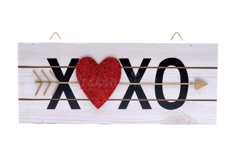 O xoxo do coração abraça e beija o sinal de madeira isolado no branco foto de stock royalty free