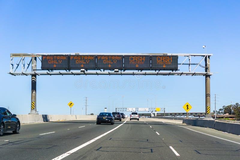 O/y de Fastrak de la información de la designación de los carriles de tráfico efectivo antes de la plaza de peaje foto de archivo libre de regalías