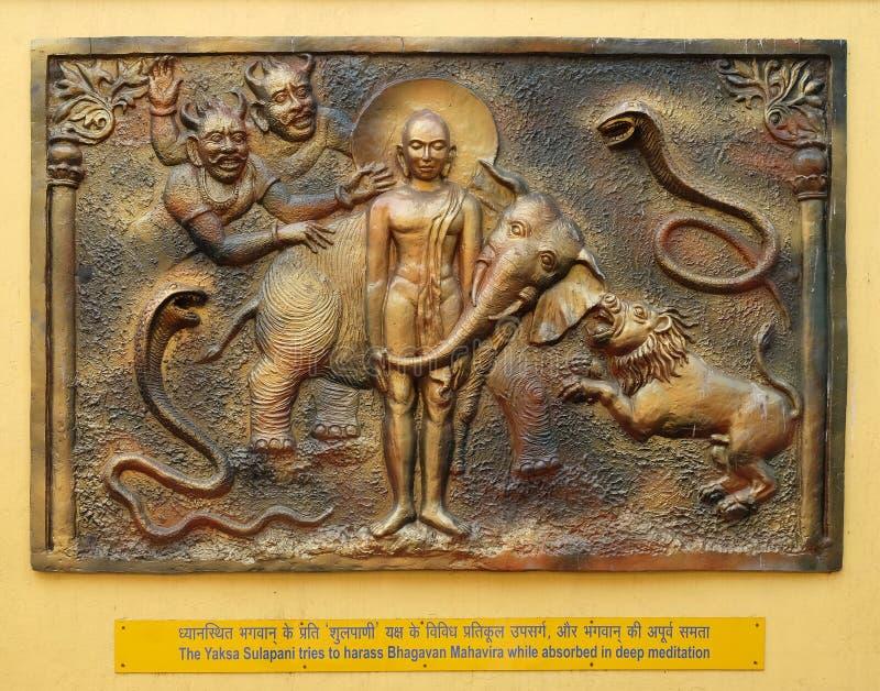 O Yaksa Sulapani tenta molestar Bhagavan Mahavira quando absorvido na meditação profunda imagem de stock