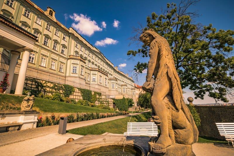 O zahrada do ¡ de Hartigovskà do jardim de Hartigs na área do castelo de Praga no verão imagem de stock royalty free