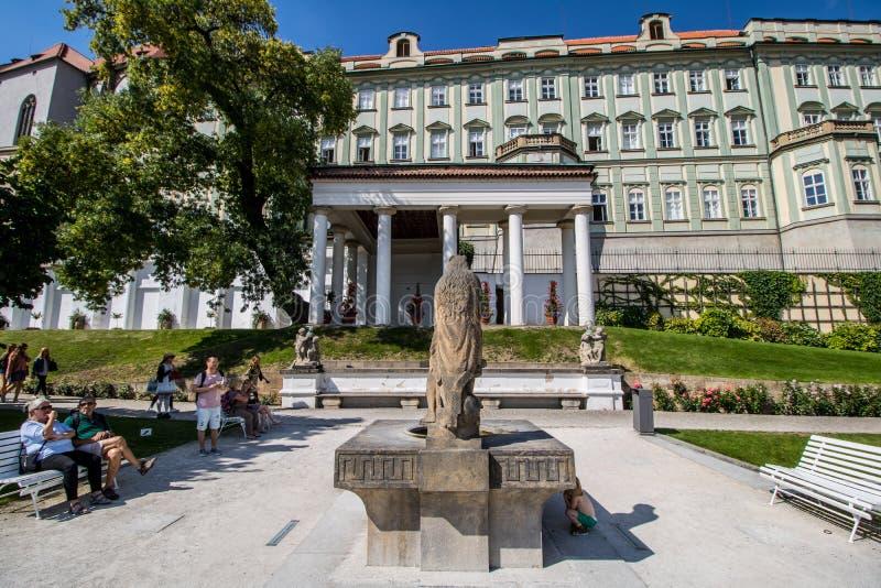 O zahrada do ¡ de Hartigovskà do jardim de Hartigs na área do castelo de Praga no verão fotografia de stock
