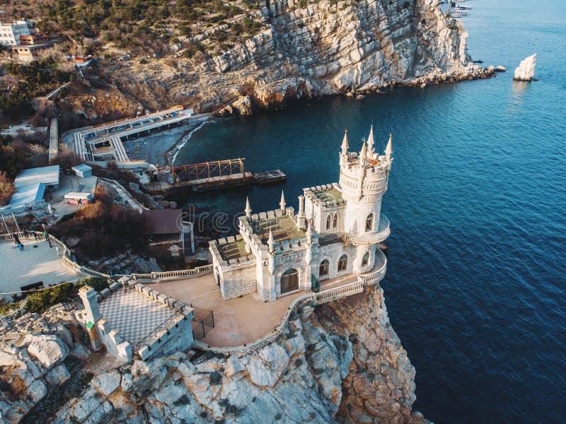 O zangão aéreo do ninho da andorinha disparou, castelo antigo sobre o penhasco perto da região de Yalta do mar, Crimeia da montan foto de stock
