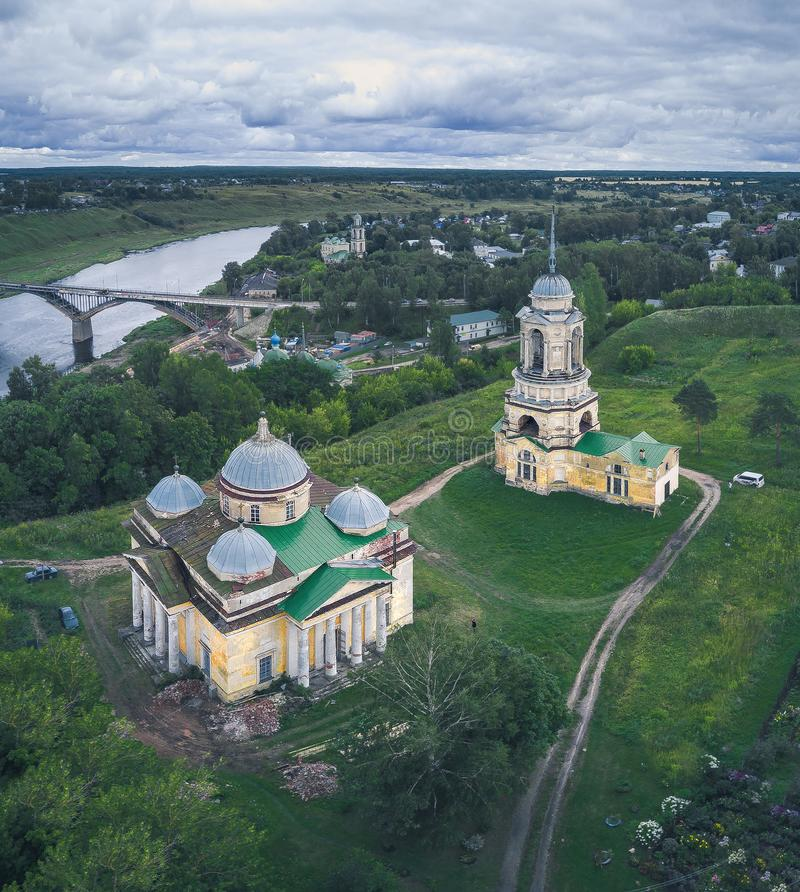 O zangão abandonado igreja de Rússia abandonou, religião, igreja, monastério, voo, zangão, Rússia, rio, nuvens fotografia de stock