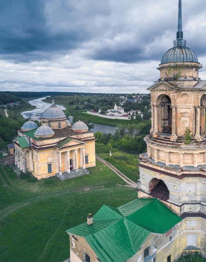 O zangão abandonado igreja de Rússia abandonou, religião, igreja, monastério, voo, zangão, Rússia, rio, nuvens fotos de stock royalty free