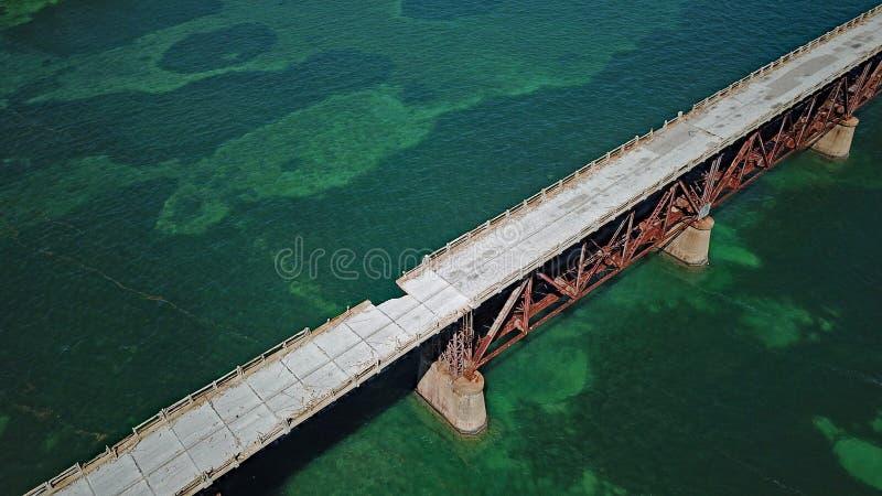O zangão disparou de uma ponte velha da estrada de Florida fotos de stock royalty free