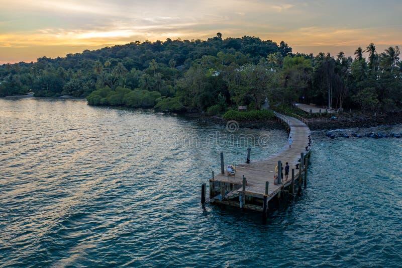 O zangão disparou no luxo mas no recurso e no hotel da comunidade de Eco na montanha na ilha de KohKood no leste de Tailândia fotos de stock