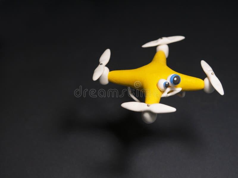 O zangão perto acima do quadrocopter com o pacote tired foto de stock