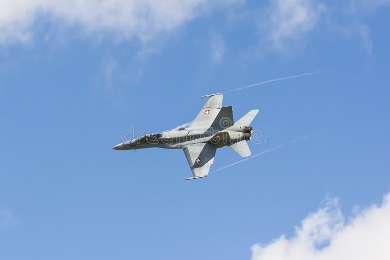 O zangão suíço da força aérea F/A-18 com condensa córregos foto de stock royalty free