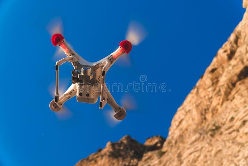 O zang?o no c?u do por do sol as montanhas da onda de oceano fecham-se acima do quadrocopter fora conceito para a videografia do  fotografia de stock
