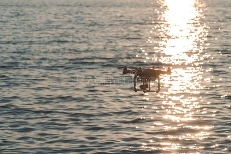 O zang?o no c?u do por do sol as montanhas da onda de oceano fecham-se acima do quadrocopter fora conceito para a videografia do  imagem de stock