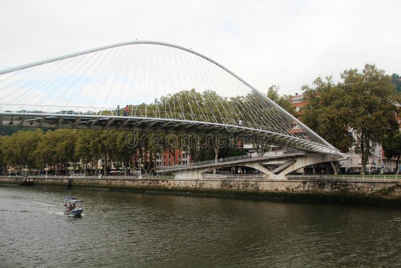 O Zubizuri, a ponte de Campo Volantin, Bilbao, Espanha imagens de stock