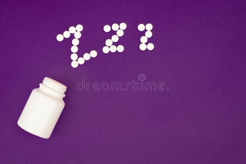 O zzz da inscri??o fez dos comprimidos brancos que derramam a garrafa de comprimido no fundo violeta fotos de stock