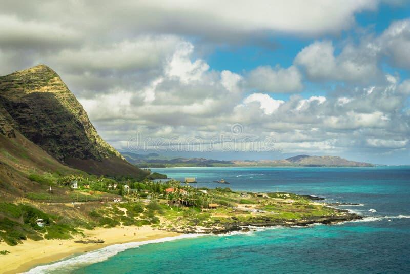 Oahu Hawaii kust med berg arkivfoto