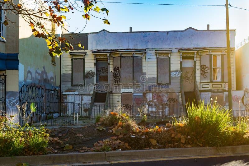 Oakland, abandonné et embarqué vers le haut de la rangée des maisons avec le graffiti photos stock