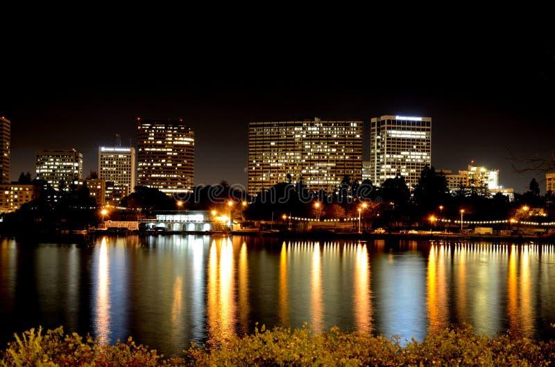 Oakland bij nacht stock afbeeldingen