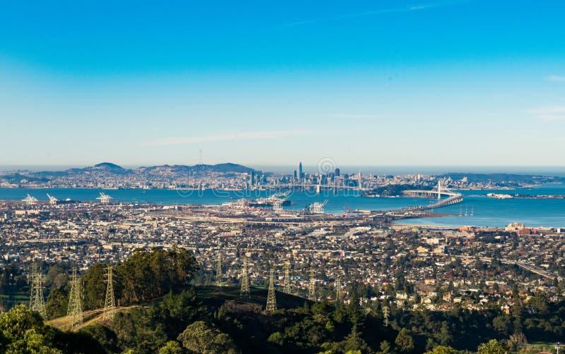 Oakland-, Bucht-Brücken- und San Francisco-Ansicht vom Skyline-Boulevard stockbild