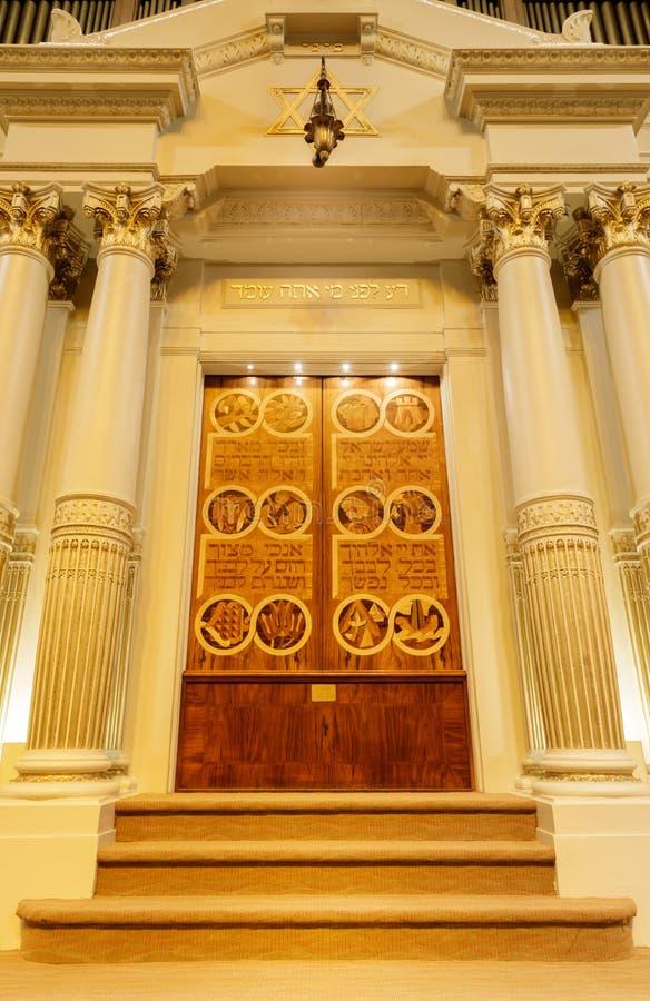 Oakland, California - 30 settembre 2018: L'arca di Torah della sinagoga di riforma di Sinai del tempio fotografie stock libere da diritti