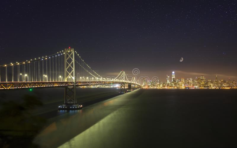 Oakland fjärdbro från skattön på natten, San Francisco arkivbilder
