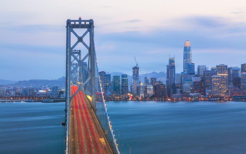 Oakland fjärdbro från skattön på natten, San Francisco royaltyfria bilder