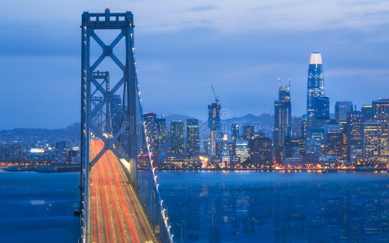 Oakland fjärdbro från skattön på natten, San Francisco arkivfoto