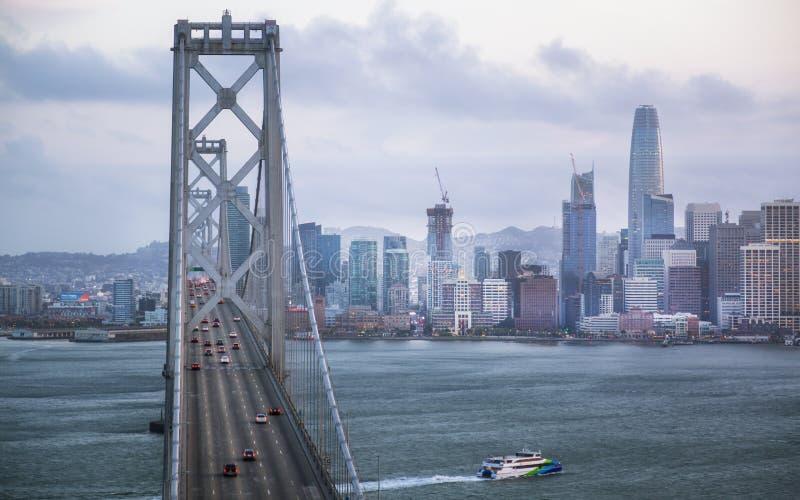 Oakland fjärdbro från skattön på natten, San Francisco fotografering för bildbyråer