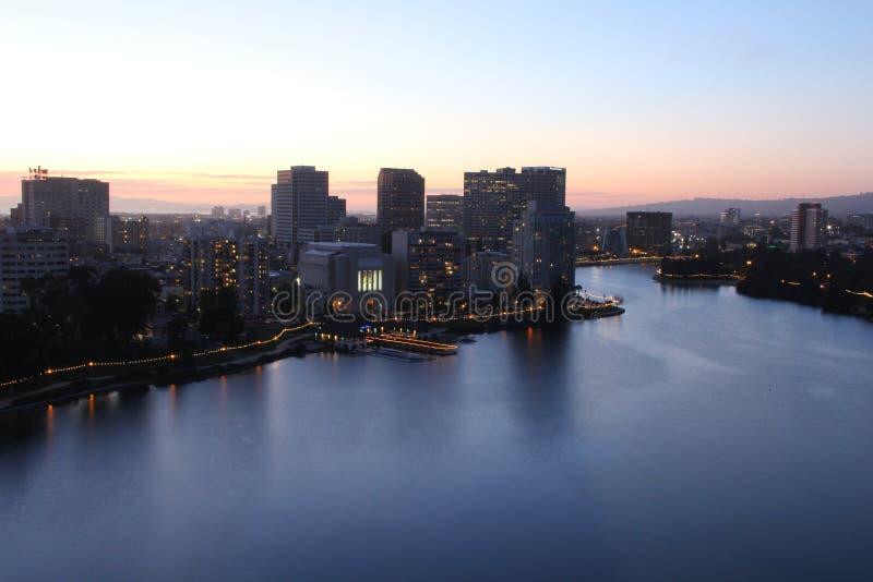 Oakland på natten & x28; Sjö Merritt& x29; arkivbilder