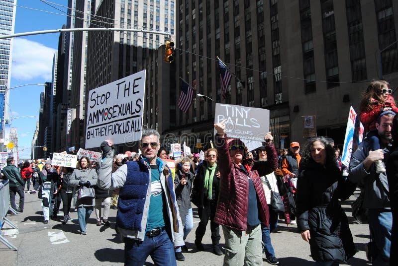 Oanständig person som protesterar, mars för våra liv, protest, vapenkontroll, NYC, NY, USA fotografering för bildbyråer