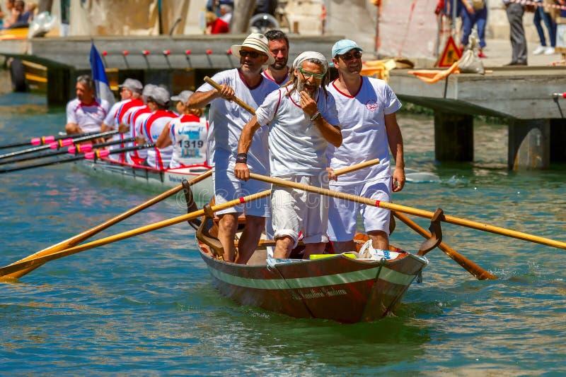 Oarsmens en la regata de Venecia Vogalonga, Italia imagenes de archivo