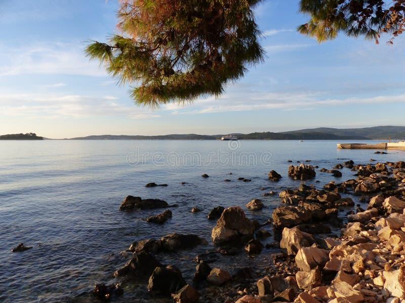 Oasis bleue de mer et petit bateau de pêche photo stock