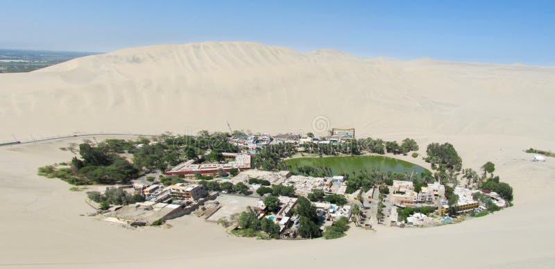 Oasis de Huacachina en ciudad del AIC en Perú imágenes de archivo libres de regalías