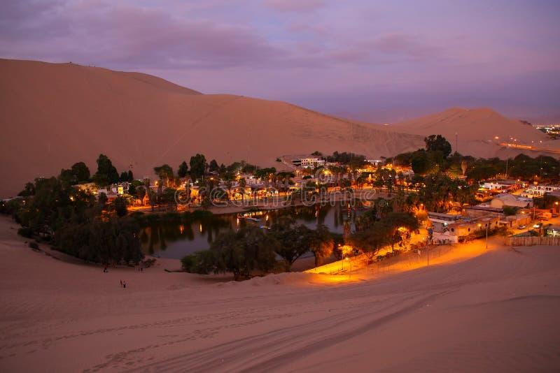 Oasis de Huacachina en la noche, región del AIC, Perú fotografía de archivo libre de regalías