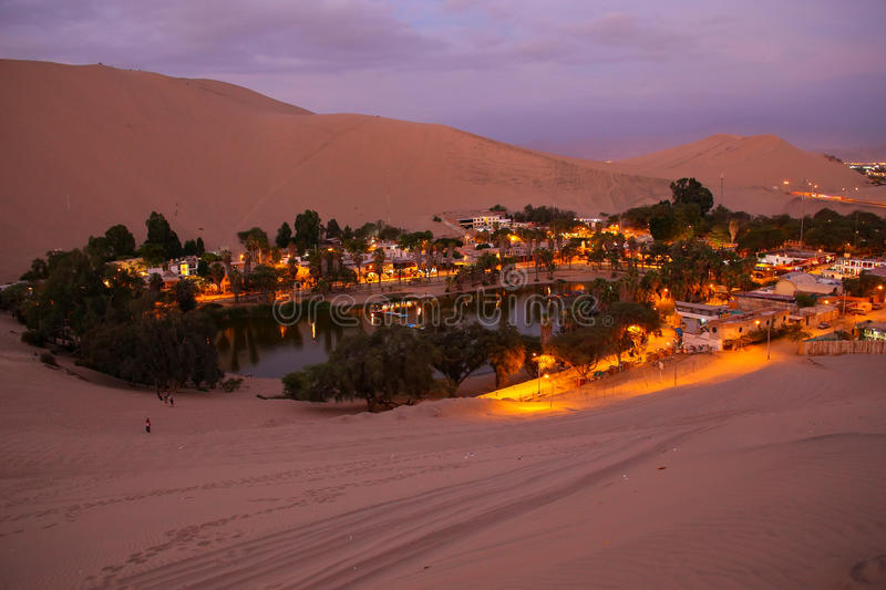 Oasis de Huacachina la nuit, région d'AIC, Pérou photo libre de droits